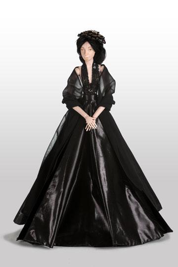 """הבובה של רזיאלה גרשון. """"חוזרת לפנטזיה הפריזאית לא מהמקום הנוסטלגי, כי אם מתוך הדיאלוג והמתח שבין האחות הגדולה, פריז, וזאת הקטנה, תל אביב"""" (צילום: אודי גורן)"""