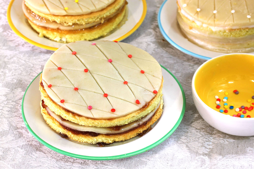 אפשר להכין גם כעוגות אישיות. עוגת מרציפן (צילום: אסנת לסטר)
