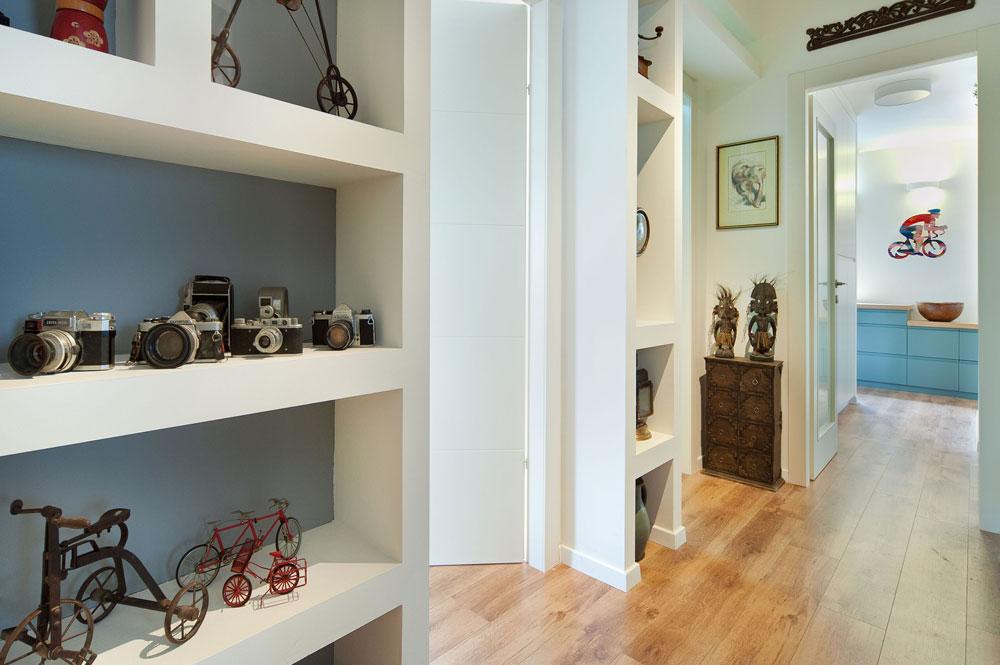 מול גרם המדרגות נבנתה ספריית גבס, שהקיר הפנימי שלה נצבע באפור, ובה מוצגים אוספים של מצלמות ישנות ושל אופניים מיניאטוריים (צילום: עמרי אמסלם)