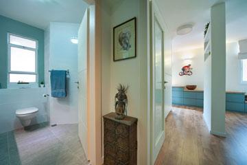 מימין: הכניסה לחדר השינה, שהדלת שלו עשויה מזכוכית. משמאל: חדר הרחצה הצמוד לחדר העבודה (צילום: עמרי אמסלם)