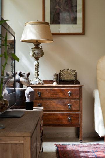 המנורה העומדת הובאה מבית סבתא (צילום: עמרי אמסלם)