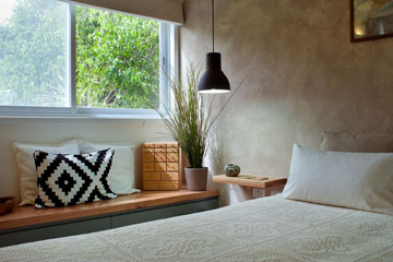 פינה בחדר השינה (צילום: עמרי אמסלם)
