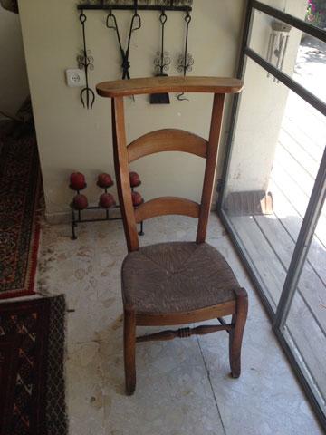"""כיסא תפילה שנרכש בחו""""ל (צילום: שרון היבש)"""