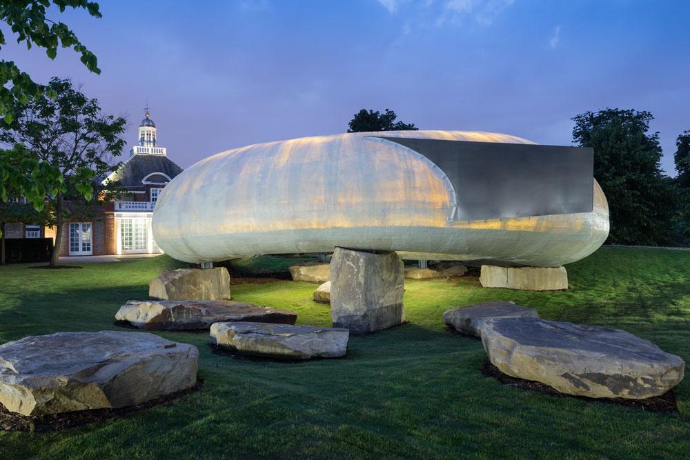ביתן הקיץ של גלריה סרפנטיין, בתכנונו של הצ'יליאני ראדיץ', יהיה פתוח לקהל הרחב עד אוקטובר. אחת האטרקציות של לונדון בקיץ (צילום: iwan baan)