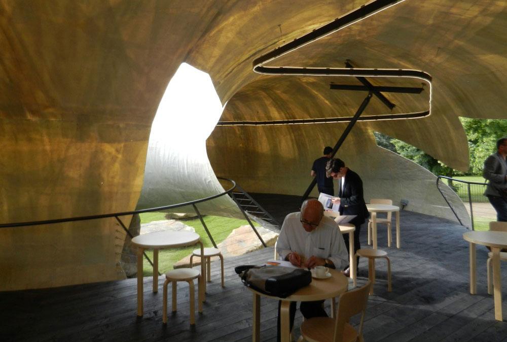 בתוך הגולם האפרפר נמצא חלל שמכיל בית קפה ובמה למפגשים ולהרצאות. הוא עשוי פייברגלאס ומואר בגוון אדמדם (צילום: Archdaily by Daniel Portilla)