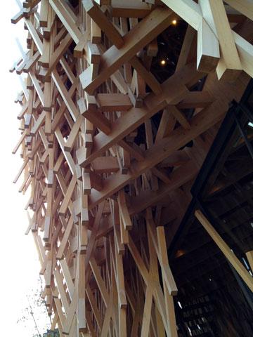 פרויקט של קנגו קומה. העץ הוא חלק מהקונספט (צילום:  Kengo Kuma and Associates, cc)