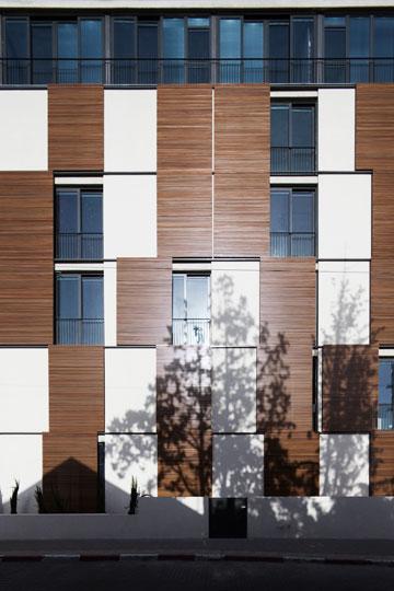תריסי עץ ענקיים שמחפים בניין חדש ברחוב יהודה הלוי בת''א (בר אוריין אדריכלים) (צילום: אביעד בר נס)