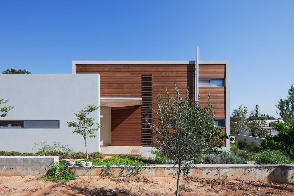 איפאה, אורן, ארז וטיק הם העצים הנפוצים ביותר באדריכלות הישראלית הנוכחית. ''הלקוחות מתלהבים'', אומר האדריכל עדי וינברג, שחיפה את הווילה הזו בעץ ארז (צילום: אביעד בר נס)