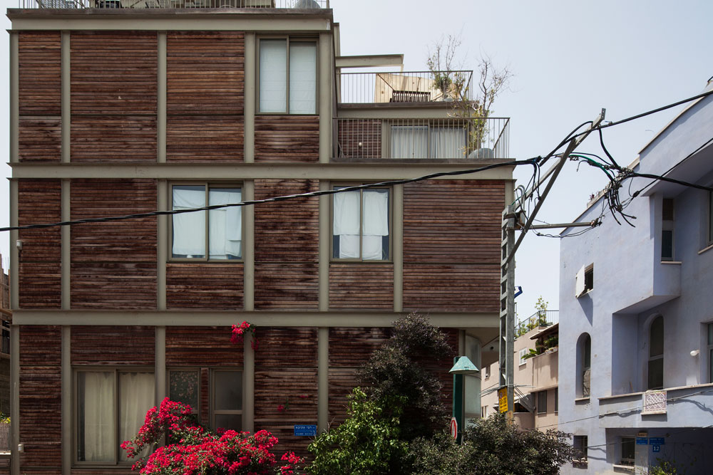 וכך נראה בניין בשכונת כרם התימנים בתל אביב. העץ דוהה, סרגלי העץ מאבדים מיופיים. חייבים לתחזק באופן קבוע כדי לשמור על החומר (צילום: אביעד בר נס)
