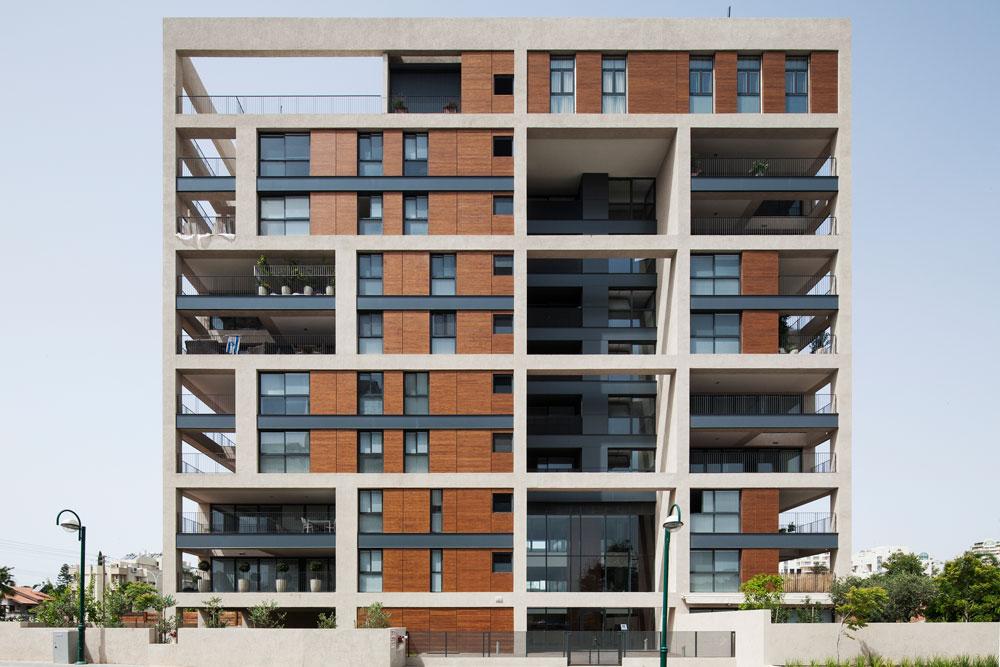 חזיתות העץ נראות מצוין בהדמיות ולפעמים גם במציאות, כמו בבניין ברמת השרון (בר אוריין אדריכלים) ששומר על יופיו - אלא שזה לא עץ אלא ''פרודמה'' (צילום: אביעד בר נס)