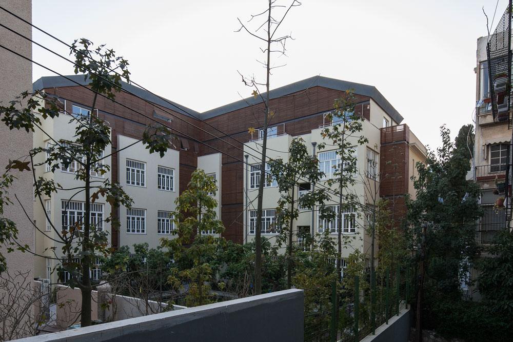 חזיתות עץ משולבות בבטון של פעם, במלון ''נורמן'' שעומד להיפתח בלב תל אביב (אדריכל: יואב מסר) (צילום: אביעד בר נס)