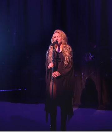 על הבמה: שאקירה בשמלה של אלון ליבנה