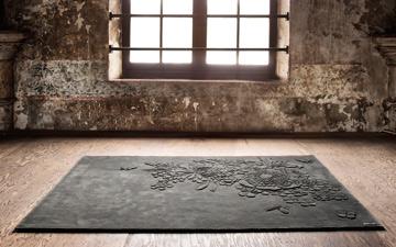 שטיח פרחוני בשחור. ''רנבי''