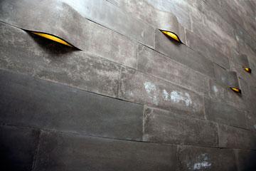 אריחי בטון מכופף, שבהם מוכמנת תאורת לד, בעיצוב איתי בר-און (צילום: גלעד לנגר)