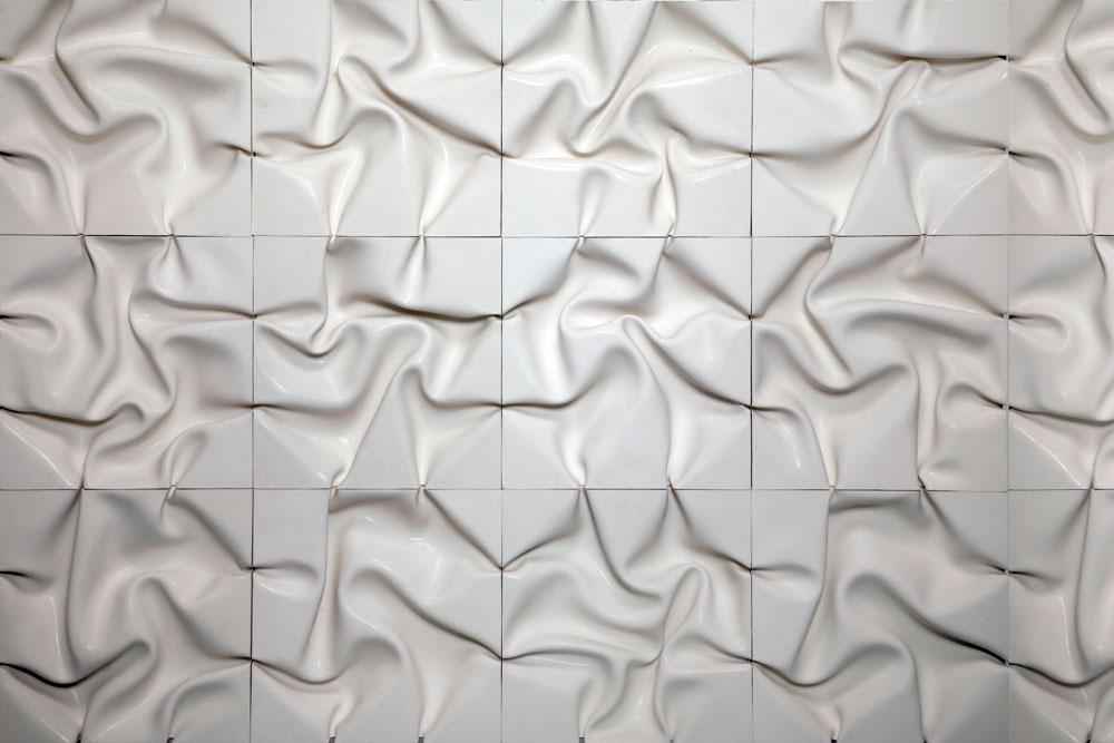 זה לא בד, אלא בטון: איתי בר-און הוא מעצב שמתמחה בעבודה עם בטון, ויוצר אריחים בטקסטורות תלת ממדיות כבר שבע שנים. נקודת ההתחלה הייתה עבודת הגמר של לימודיו ב''שנקר'', אז יצק בטון לתבניות בד רכות ועיצב את הקפלים כך שאין שני אריחים זהים (בתמונה) (צילום: גלעד לנגר)