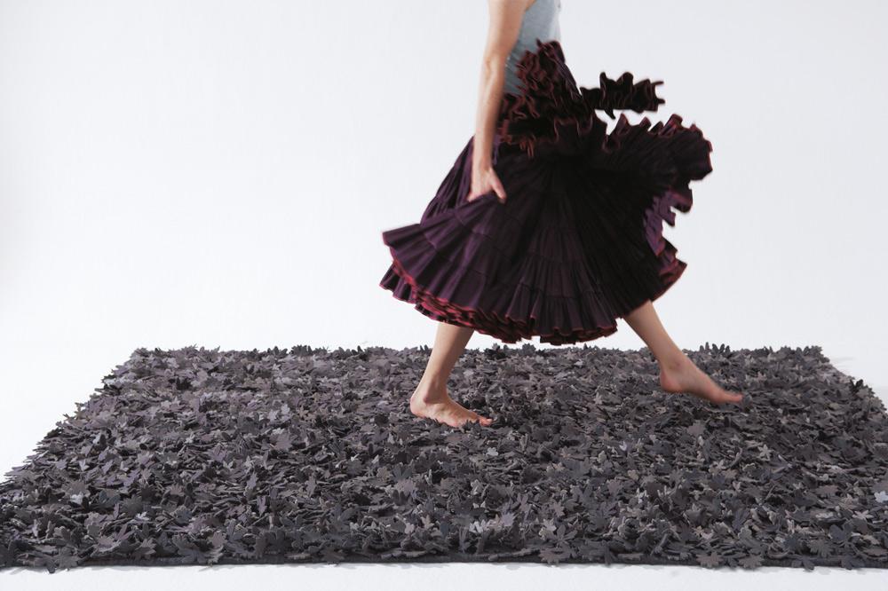 שטיח בחיתוכי לייזר עדינים ומדויקים, שמקנים לו מראה יוצא דופן של מרבד עלי שלכת, של מותג השטיחים הספרדי ''נאני מרקינה'' (יבוא: ''טולמנ'ס'')