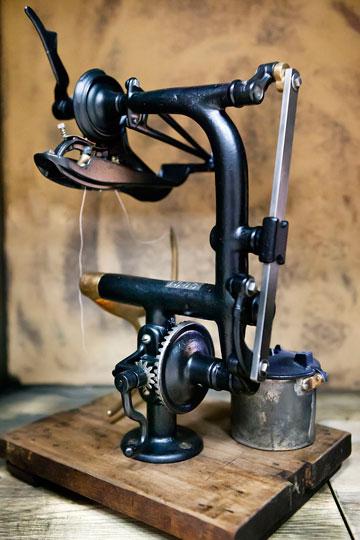 נפלאות אוריאל רוזן מחזיק באוסף של 300 מכונות תפירה YI-69