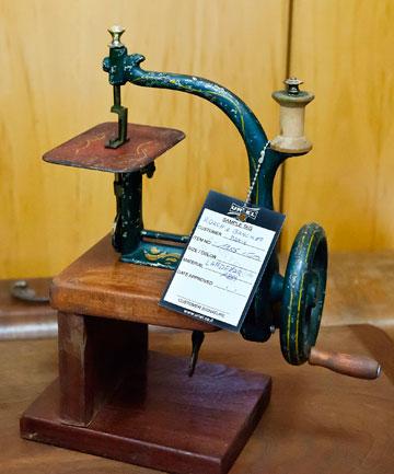"""לדברי רוזן, בחו""""ל יש לא מעט משוגעים לאיסוף מכונות תפירה (צילום: ענבל מרמרי )"""
