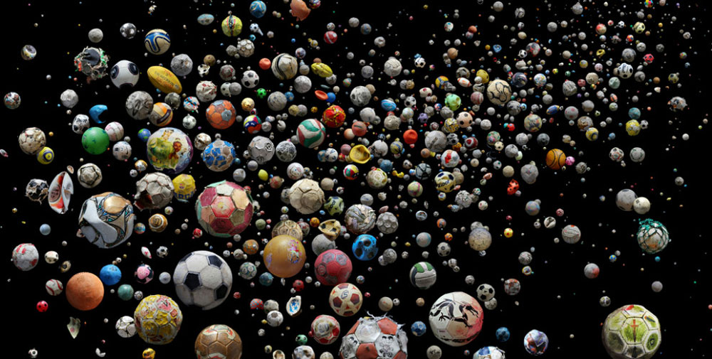 הצלמת מנדי ברקר (Mandy Barker) אספה בעזרת 89 אנשים מכל העולם כדורי-רגל וכדורים סתם, שנפלטו מהים אל 144 חופים. המטרה: להעלות את המודעות לפסולת פלסטיק שאנחנו זורקים לים