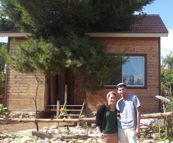 שיינין ואשתו דבורה על רקע ביתם בבת עין (באדיבות בית הספר לארכיטקטורה באוניברסיטת אריאל )