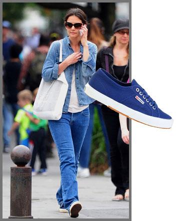 קייטי הולמס בדאבל דנים ובנעלי ספורט של סופרגה (249 שקל) (צילום: splashnews, אבי ולדמן)