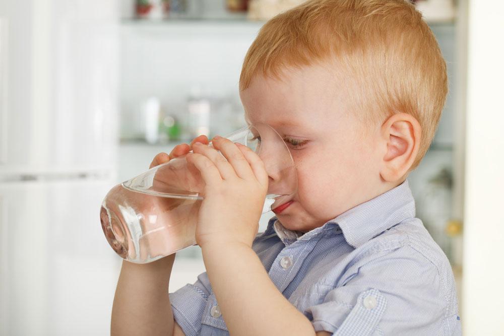 שאלה שכל הורה שואל את עצמו: איך לחנך את ילדיו לשתות כמות נאותה של מים מבלי לנדנד ולדאוג כל הזמן (צילום: shutterstock)