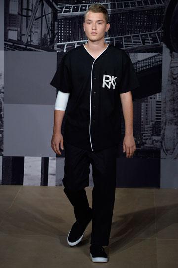 הבן של ג'וד לאו הופך לדוגמן. רפרטי לאו בתצוגה של DKNY (צילום: gettyimages)