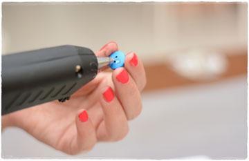 מדביקים בעזרת דבק חם את הכפתורים ולמסגרת (צילום: לאה מ.צלמת )
