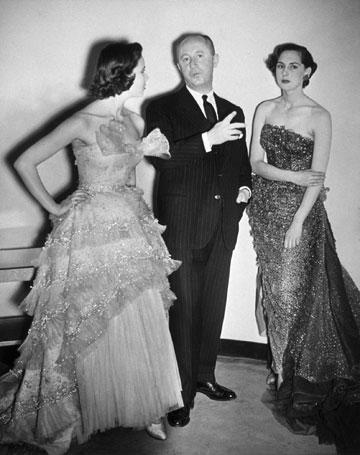 כריסטיאן דיור עם דוגמניות המציגות בגדים בעיצובו, 1948 (צילום: gettyimages)