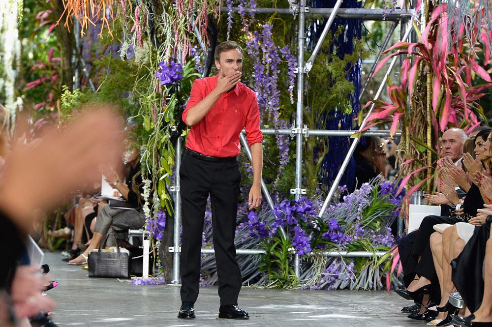 """ראף סימונס יוצא למסלול בסוף תצוגת אופנה של דיור. """"הוא איש מאוד רגיש"""" (צילום: gettyimages)"""