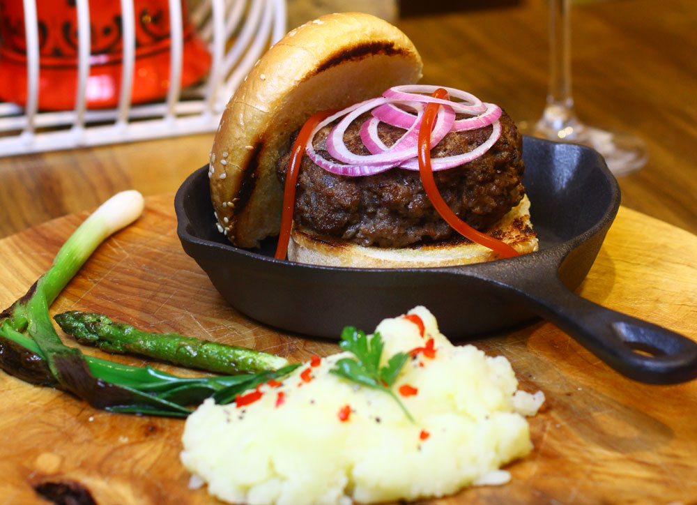 המבורגר ביתי עם בצל מקורמל (צילום: מאיר קוקבוק)