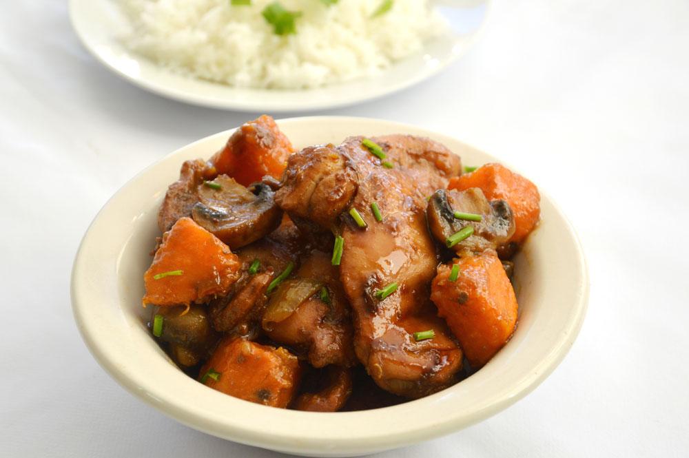 תבשיל פרגיות עם פטריות ובטטה (צילום: אפרת סיאצ'י)