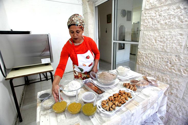 """רדאי והמאפים. """"היו אנשים שפיקפקו בכשרות של המאכלים שלי. אין ספק שבהתחלה קשה לאנשים לקנות אוכל אצל אתיופית"""" (צילום: קובי בכר)"""
