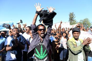 """הפגנה של בני העדה האתיופית שנערכה באפריל בירושלים. """"זה חייב לצאת החוצה"""" (צילום: עמית שאבי)"""
