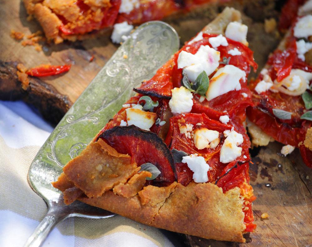 טעם של שמש. מאפה פריך עם עגבניות לחות, גבינת פטה ועלי זעתר (צילום: הילה וייס)