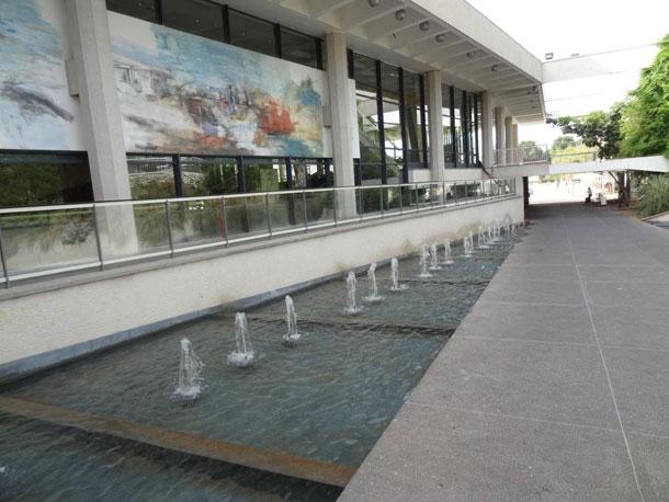 מפלי מים בהיכל התרבות (צילום: דקל גודוביץ)