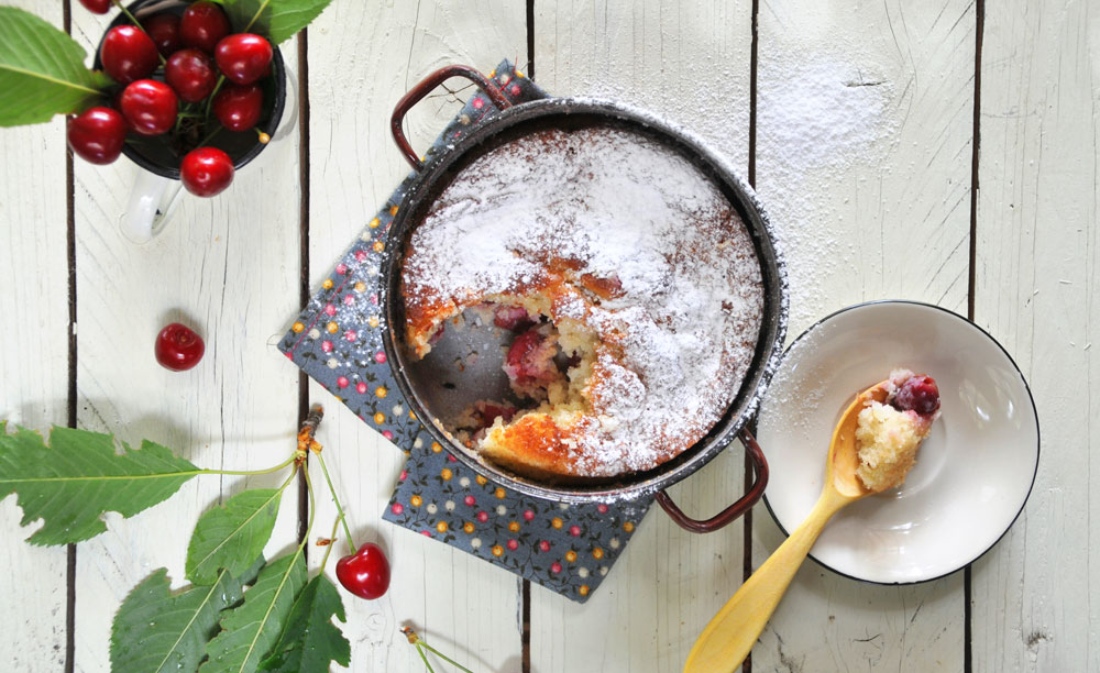 אל תתפתו לאכול את כל הדובדבנים לפני שתוסיפו אותם לעוגה! (צילום: אפרת מוסקוביץ)