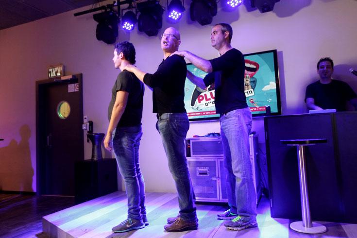 """הרשקוביץ (במרכז) על הבמה. """"הקונספט הוא אלתור. כדי להיות מאלתר טוב, צריך להקשיב, לוותר על האגו שלך"""" (צילום: קובי בכר )"""