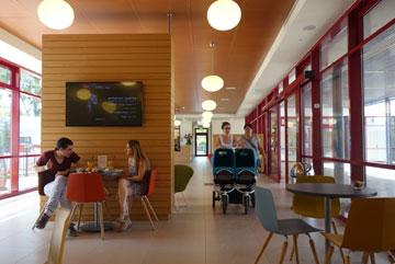 המרכז פתוח כחודשיים, והומה חיים (צילום: מיכאל יעקובסון)
