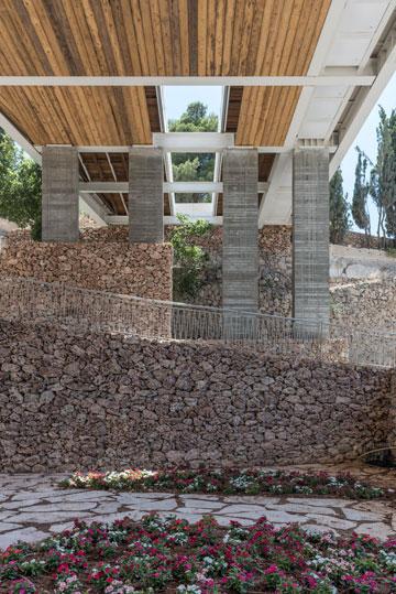 מתחת לגשר הכניסה. עצים אין בגלל שנת השמיטה, בינתיים רק פרחי פטוניה (צילום: אלי סינגלובסקי )
