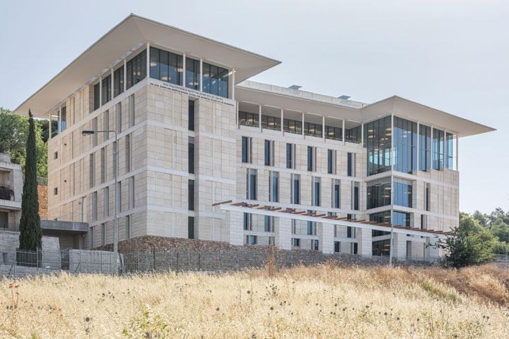 מעל פסגת הר הצופים, שלום לך עיסאוויה. הבניין החדש במבט מלמטה (צילום: אלי סינגלובסקי )