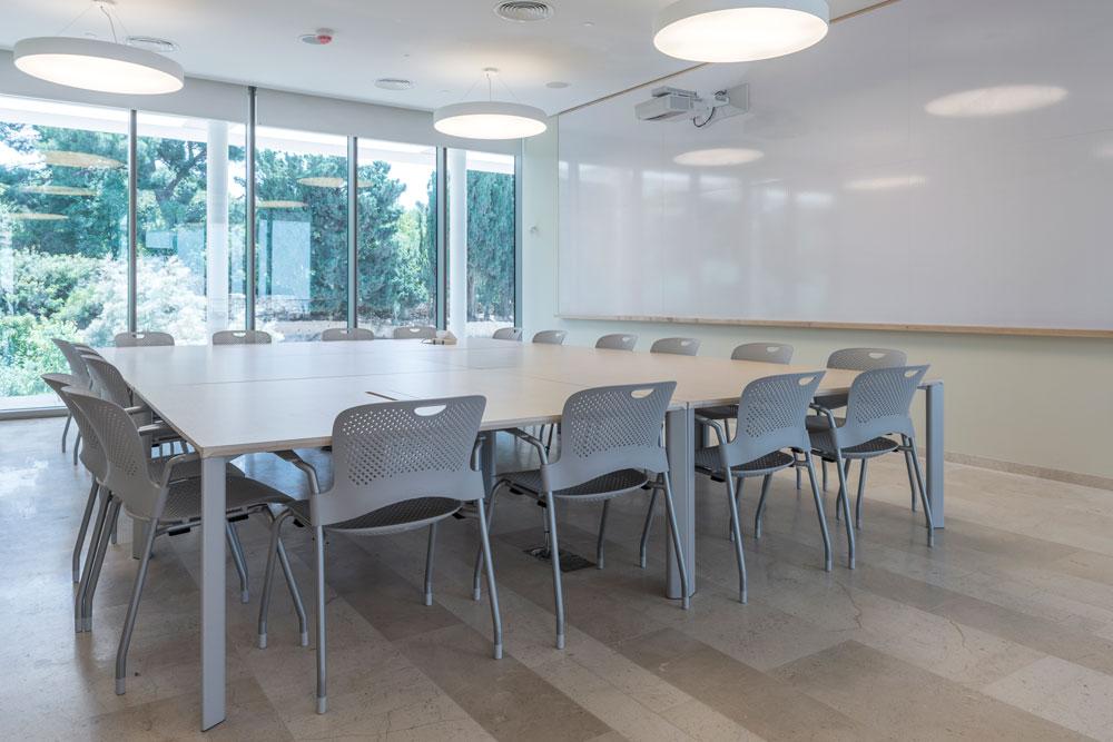 כיתת לימוד בבניין החדש, שנבנה בתקציב של 18 מיליון דולר. החלונות הגדולים שהותקנו גם בכיתות מזכירות לנוכחים מה קורה בחוץ (צילום: אלי סינגלובסקי )
