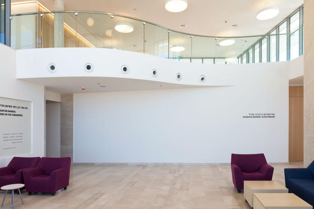 הקומה הכפולה שממנה נכנסים לבניין. לא ניסיתי ליצור כאן אייקון, מדגיש האדריכל (צילום: אלי סינגלובסקי )