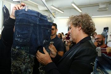 הדגם הזוכה: מכנסי ג'ינס מעוטרים בתפירה סיזיפית של חוטים בעבודת יד (צילום: סטודיו אלירן אביטל)