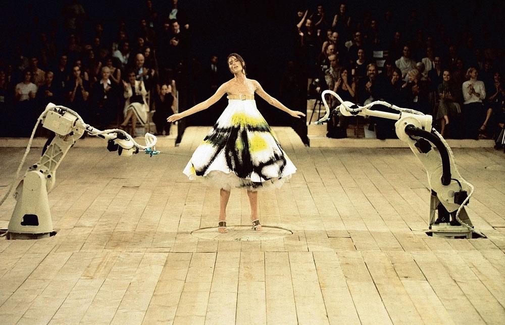 יופי מושלם המותיר תחושה של אלימות והרס. הדוגמנית שלום הארלו בתצוגת אביב-קיץ 1999 של אלכסנדר מקווין (באדיבות Victoria and Albert Museum, London )