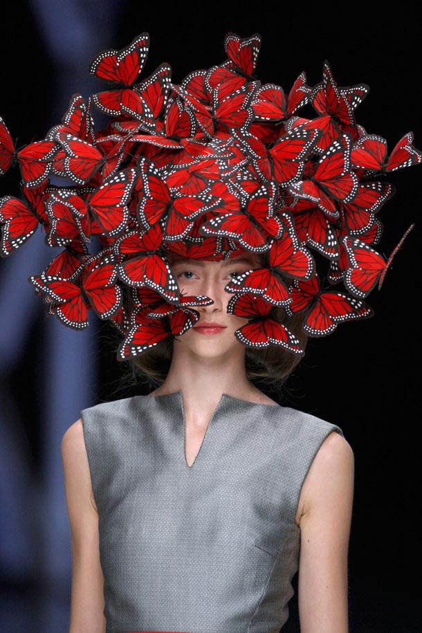 כובע של פיליפ טרייסי בתצוגת אביב-קיץ 2008 של אלכסנדר מקווין (צילום: © Anthea Simms)