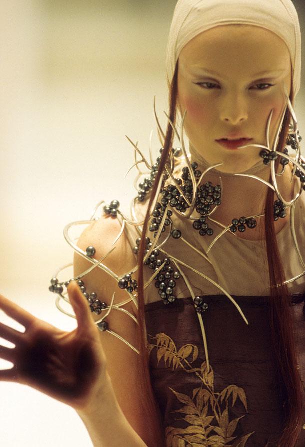 אופנה היא לא דבר שניתן באמת ללמוד בבית הספר. תצוגת אביב-קיץ 2001 של אלכסנדר מקווין (צילום: © Anthea Simms)