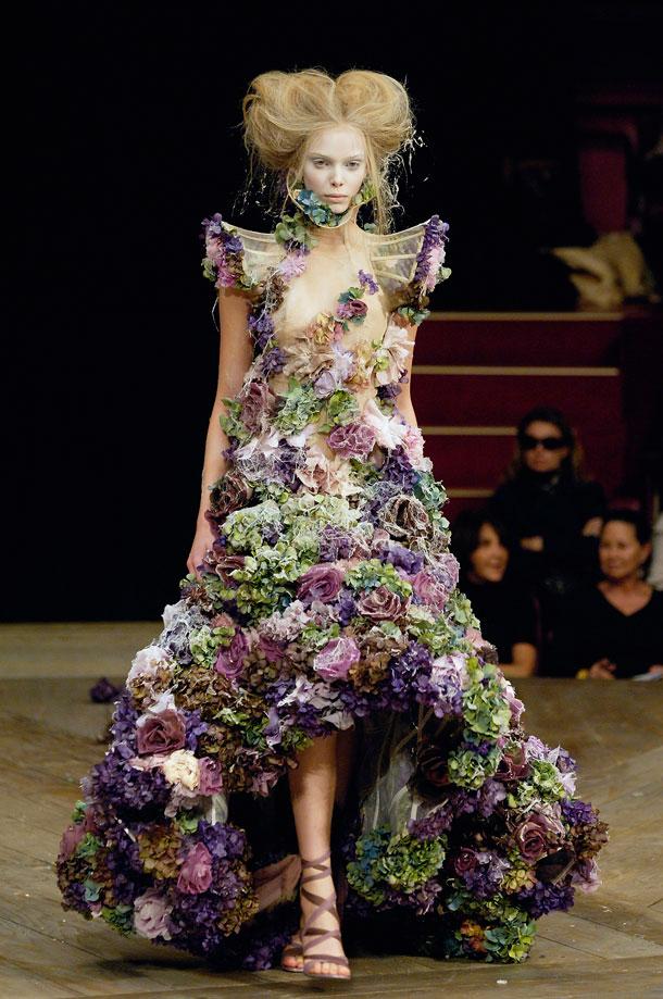 תצוגת האופנה של אלכסנדר מקווין לעונת אביב-קיץ 2007 (צילום: gettyimages)