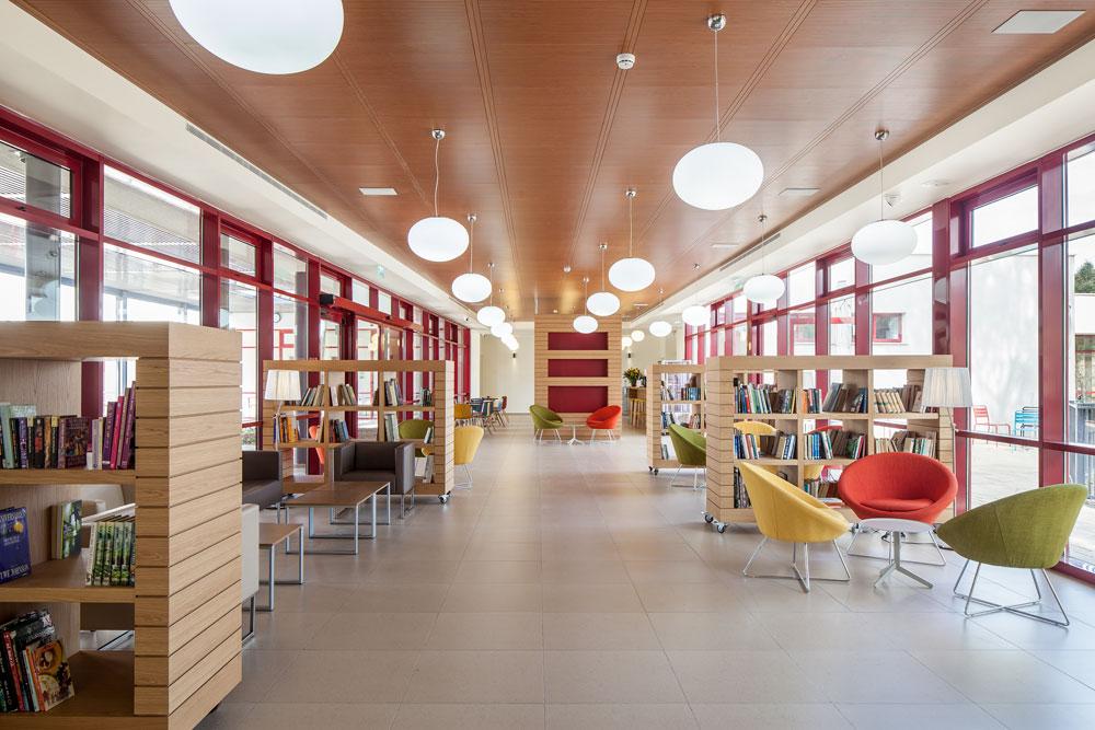 בספרייה ניתן להשאיל ללא רישום או מעקב. את כל הרהיטים תיכננו האדריכלים על גלגלים, כך שניתן לפנות את המרחב ולעצב אותו לפי הצורך (צילום: עמית גרון)