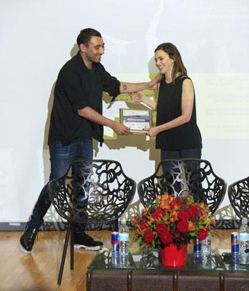 הסטודנטית שחר אלרואי תשובה מקבלת את הפרס הראשון מניקולא פורמיקטי (צילום: אחיקם בן יוסף)